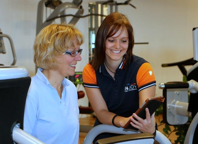 Lisa im Injoy Limeshaim mit der eGym Trainer App